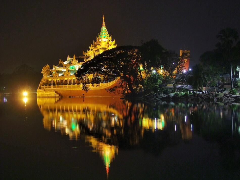 Barge royale Karaweik, Lac Kandawgyi à Rangoun, Birmanie