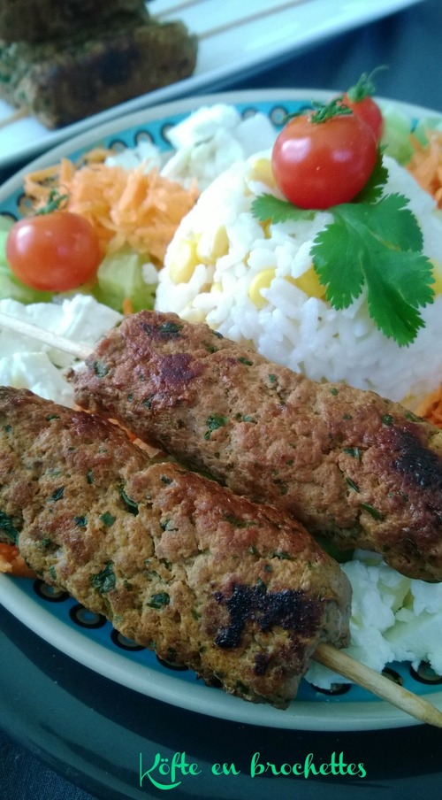 Köfte en brochettes et salade composée