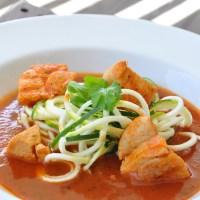 Kyckling i tomatsås med zoodles - lättlagad söndagsmat!