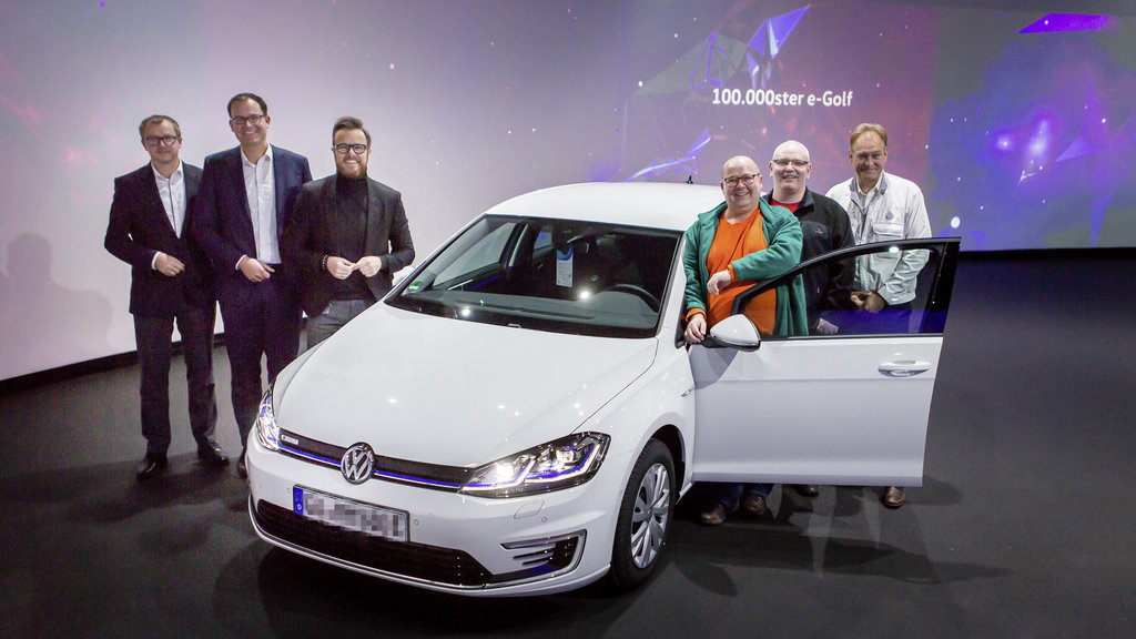 Anniversary verhicle: The 100,000 e-Golf was handed over to Maik Jaehde (3rd from right) in the Transparent Factory Dresden at the end of November.