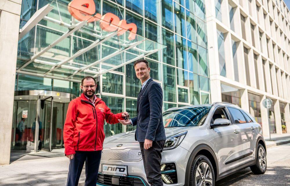 2_KIA_E.ON Energie_e-Niro_MichalMarkovic,prodejce_AUTO FUTURE_(vlevo)_&_MartinKlima,vedoucí MobilityServices_E.ON.Energie_(vpravo)