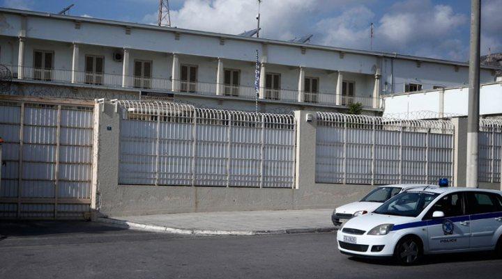 Οι Αλβανοί μαστιγώνουν σωφρονιστικούς και το υπουργείο μοιράζει προφυλακτικά