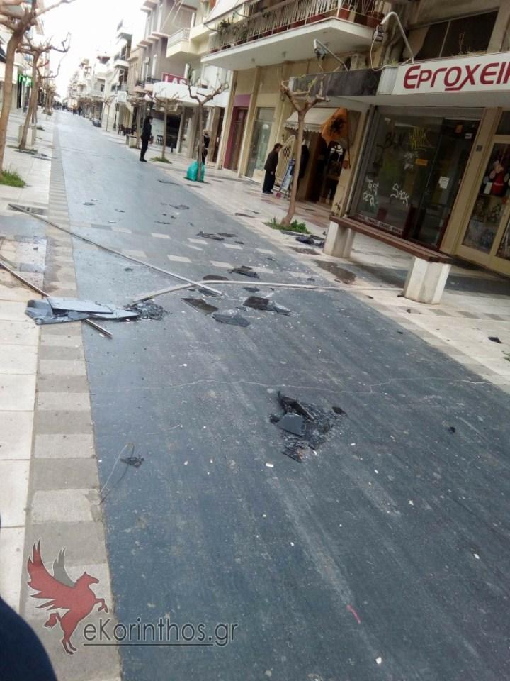 Τωρα: Οι ισχυροί άνεμοι ξήλωσαν τζαμαρία στον πεζόδρομο Πυλαρινου