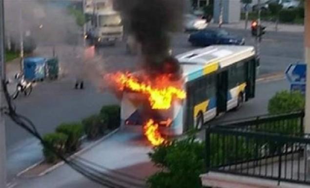 Φωτιά σε λεωφορείο στη Νίκαια – Αποβιβάστηκαν έγκαιρα οι επιβάτες