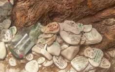 Επιθυμίες γραμμένες σε βότσαλα στο δέντρο των ευχών στους Αντίπαξους