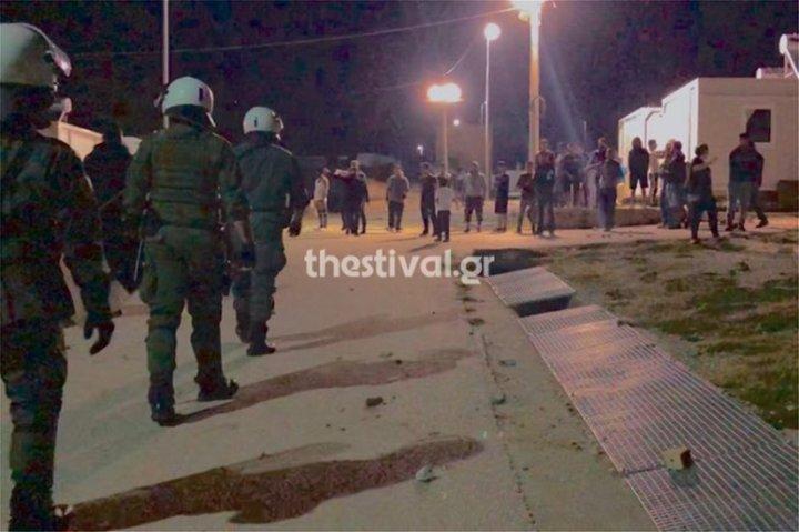 Στo κέντρο προσφύγων στα Διαβατά «παίζουν» πετροπόλεμο και μαχαιρώνονται