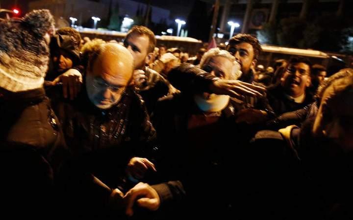 Έπεσαν «ψιλές» σε στελέχη του ΣΥΡΙΖΑ στην πορεία του Πολυτεχνείου (φώτο)