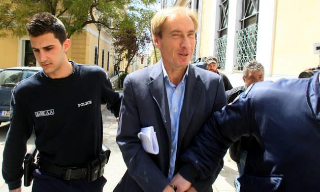 Κεντρικό πρόσωπο για τις μίζες Siemens έβγαλε το βραχιολακι και εξαφανίστηκε
