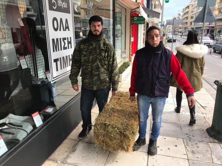 Kαλαματα: Οι αγρότες πήγαν με… σανό στα γραφεία του ΣΥΡΙΖΑ
