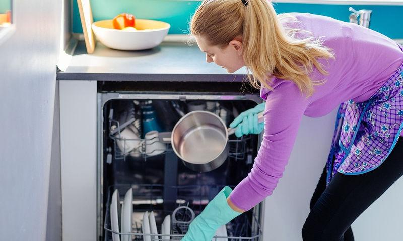 Το λάθος που κάνουμε πριν βάλουμε τα πιάτα στο πλυντήριο