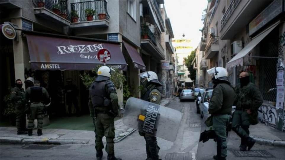 Εξάρχεια: Άρπαξαν κάλπη απο εκλογικό κέντρο και έριξαν μολότοφ και χημικά