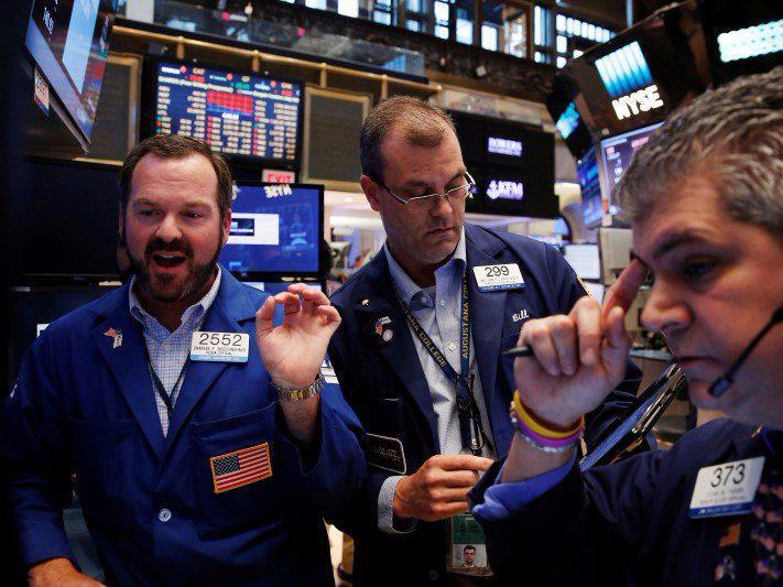 Έσπασε το φράγμα των 27.000 μονάδων ο Dow Jones, μια ανάσα από τις 8.000 ο S&P 500