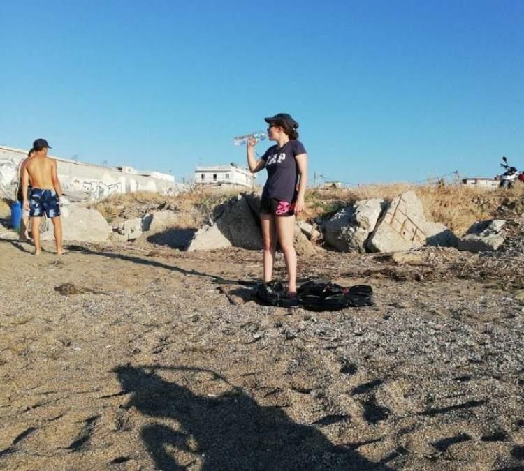 Μάθημα εθελοντισμου από δύο Αθηναίους μαθητές Λυκείου στην παραλία 5φ