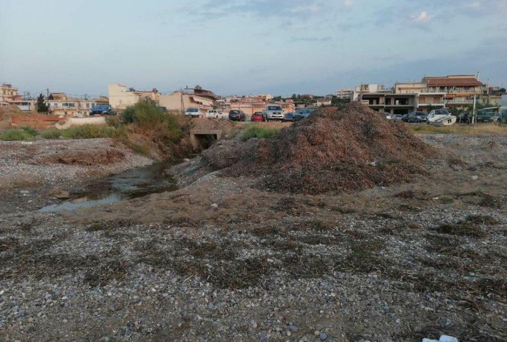 Εγκατάλειψη σε μια από τις αγαπημένες παραλίες της Κορίνθου.