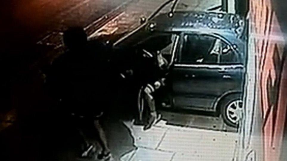 Ληστές εισέβαλαν με αυτοκίνητο σε κατάστημα στην Πέτρου Ράλλη (βίντεο)