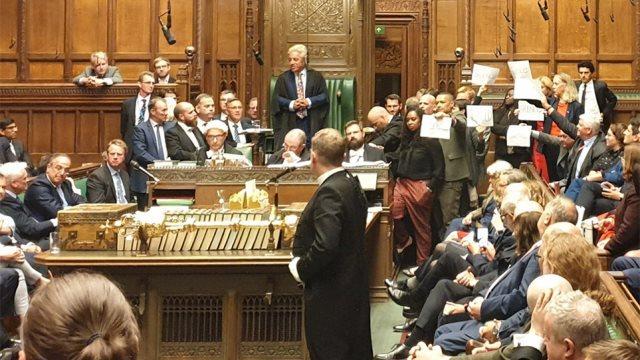 Βρετανία: Πρωτοφανείς σκηνές στη Βουλή μετά το «λουκέτο» και την έκτη ήττα του Τζόνσον