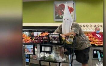 Άνδρας ψώνιζε σε σούπερ μάρκετ με κουκούλα της Κου Κλουξ Κλαν