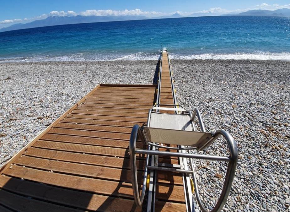 Ράμπες και θεσεις ΑΜΕΑ στην παραλία του Κιατου