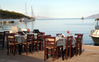 Έρχονται νέα μέτρα στήριξης σε τουρισμό, εστίαση και σε νησιά
