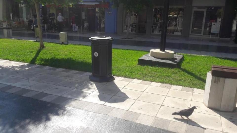 Άρχισε η τοποθέτηση των νέων μεταλλικών κάδων σε κεντρικά σημεία του Δήμου Κορινθιων
