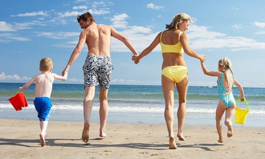 Τι συμβαίνει στο σώμα μας αν περπατάμε ξυπόλητοι στην άμμο