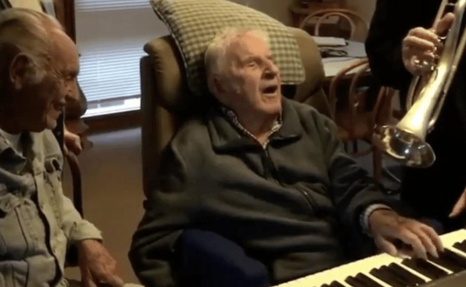 Θα δακρύσετε… Παίζουν ξανά με τον 94χρονο φίλο τους