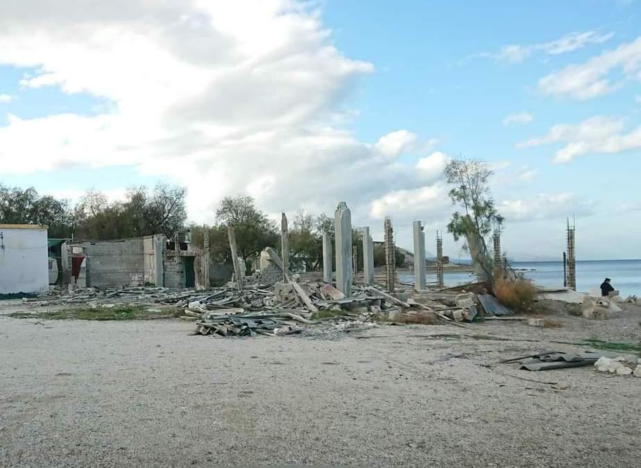 Κάτι δεν πρέπει να γίνει με αυτό το επικίνδυνο κουφάρι σε μια από τις πιο όμορφες παραλίες της Κορίνθου;