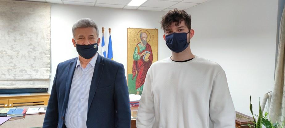 Συνάντηση του Δημάρχου Κορινθίων με τον διακριθέντα στον Πανελλήνιο Διαγωνισμό Νεανικού Διηγήματος από το Σωματείο Λόγου και Τέχνης ''ΑΛΚΥΟΝΙΔΕΣ ''