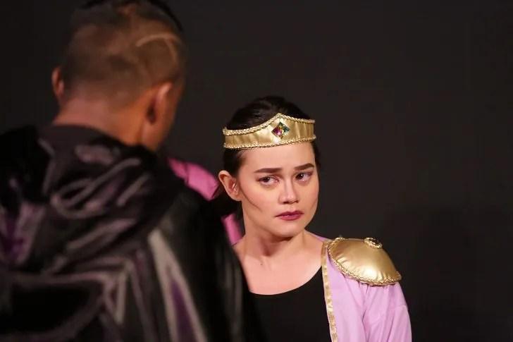 Volumnia spewing her mind control prowess in 16-bit Coriolanus by Actors Studio Seni Teater Rakyat.