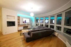 na zdjęciu salon z panoramicznym rzędem okien w apartamencie na sprzedaż w Szczecinie