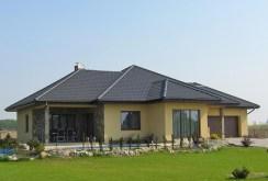 na zdjęciu widok od strony ogrodu na willę do sprzedaży w okolicy Wrocławia