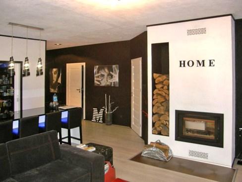 na zdjęciu salon z kominkiem w apartamencie na sprzedaż w Szczawnie-Zdroju
