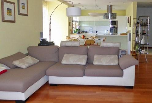 widok z salonu na aneks kuchenny w apartamencie na sprzedaż w Piotrkowie Trybunalskim
