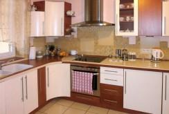 zdjęcie przedstawia komfortowo urządzoną kuchnię w willi na sprzedaż w okolicy Częstochowy