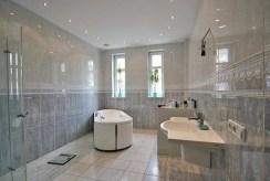 ekskluzywnie wyposażona łazienka w willi w Szczecinie na sprzedaż