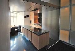 zdjęcie przedstawia komfortowo wyposażoną kuchnię w apartamencie na wynajem w Szczecinie
