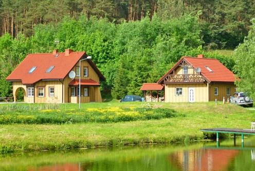 na zdjęciu widok od strony jeziora na posiadłość do wynajęcia w okolicach Kwidzyna