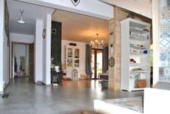 na zdjęciu wnętrze luksusowej willi w okolicach Grodziska Mazowieckiego do sprzedaży
