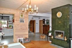 zdjęcie przedstawia salon z kominkiem w luksusowej willi na sprzedaż w okolicach Grodziska Mazowieckiego