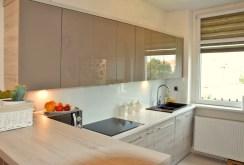 na zdjęciu komfortowo wyposażona i umeblowana kuchnia w apartamencie w Legnicy na sprzedaż