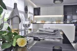 widok z innej perspektywy na kuchnię w apartamencie w Warszawie na sprzedaż