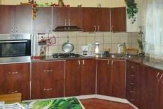 zdjęcie przedstawia nowocześnie i elegancko urządzoną kuchnię w willi nad morzem do sprzedaży