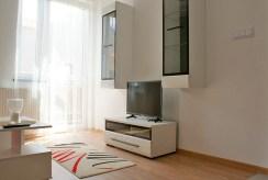widok z innej perspektywy na salon w apartamencie w Głogowie do sprzedaży