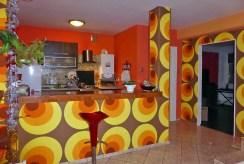 zdjęcie przedstawia kuchnię wraz z barem w ekskluzywnym apartamencie do wynajęcia w Kwidzynie