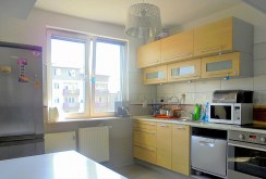 zdjęcie prezentuje luksusowo urządzoną kuchnię w apartamencie w Radomiu na sprzedaż