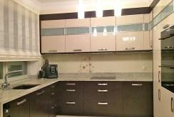 zdjęcie przedstawia wyposażoną luksusowo kuchnię w apartamencie do wynajęcia w Szczecinie