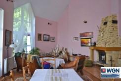 zdjęcie przedstawia salon z kominkiem w ekskluzywnej willi do sprzedaży w okolicach Leszna