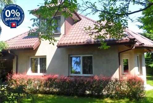 zdjęcie przedstawia widok od strony ogrodu na willę w okolicach Łodzi na sprzedaż