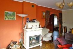 zdjęcie prezentuje luksusowy salon z kominkiem w willi w okolicach Krakowa na sprzedaż