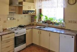 zdjęcie przedstawia komfortowo urządzoną kuchnię w willi na sprzedaż we Wrocławiu